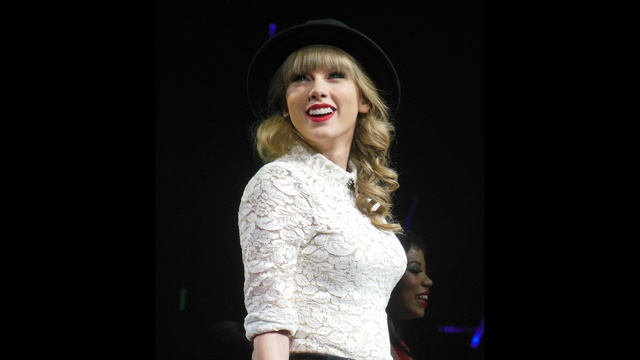 Taylor Swift through years - 2013 Red Tour_2913636816545835