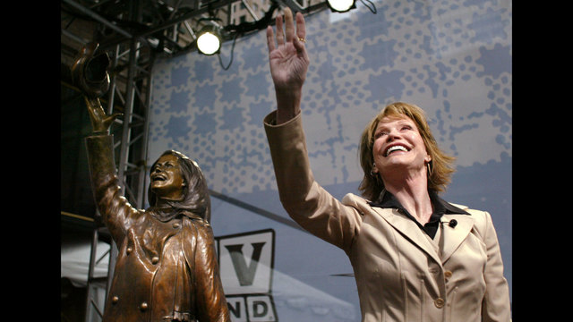 Mary Tyler Moore 2002 statue20247402