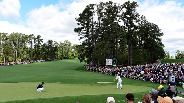 Jordan Spieth lining up putt on second green at 2017 Masters first round04935094