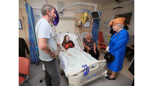 Queen visits with Millie Robson and her family Manchester hospital09047703