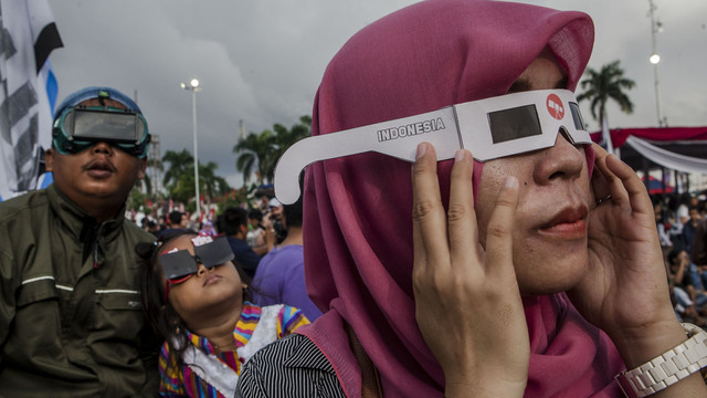 solar eclipse woman watching indonesia90093918