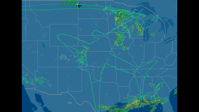 Boeing Dreamliner draws a enormous outline of a Dreamliner