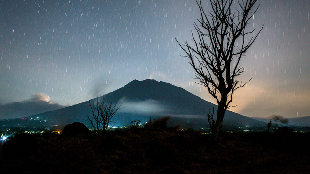 Bali Volcano Mount Agung at night.jpg78577268