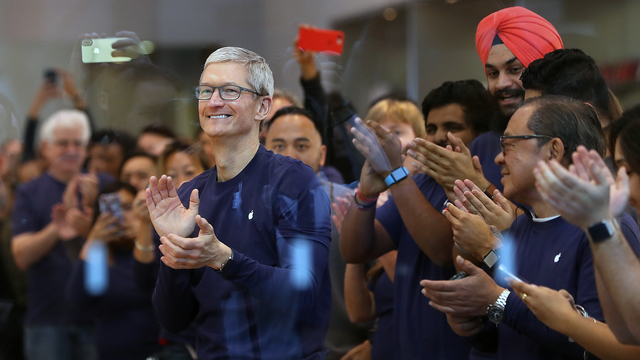 iPhone X release Tim Cook with employees.jpg05878345
