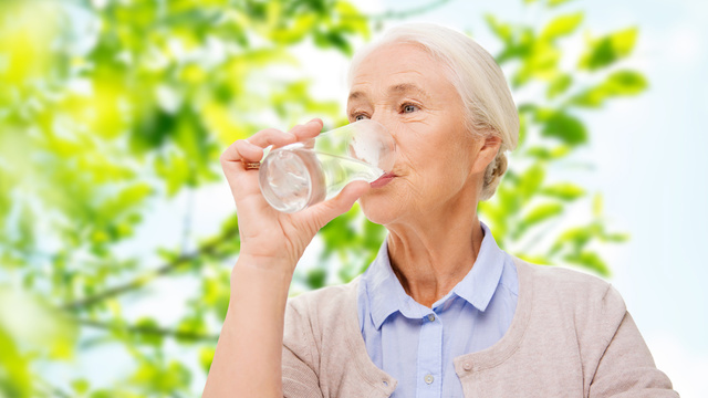 Hydrated skin: does drinking water help?