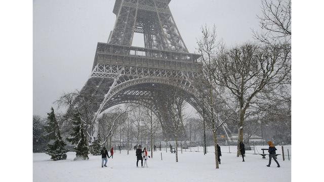 Snowy Paris gets raves from tourists even with Eiffel closed