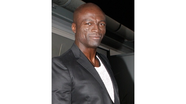Seal singing on stage in 2007_176124416106083