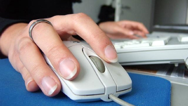 woman using computer mouse_2116472662338027