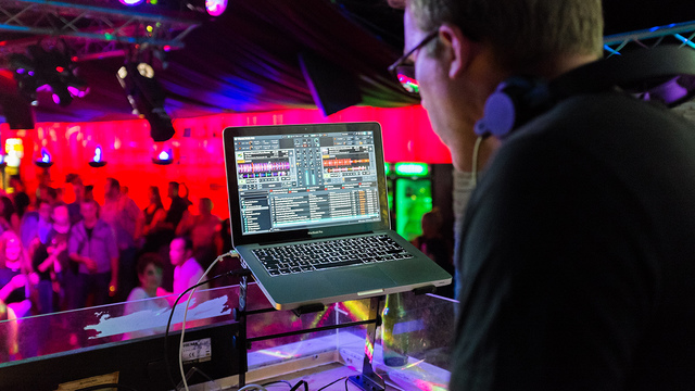 7 important things to discuss with your wedding DJ