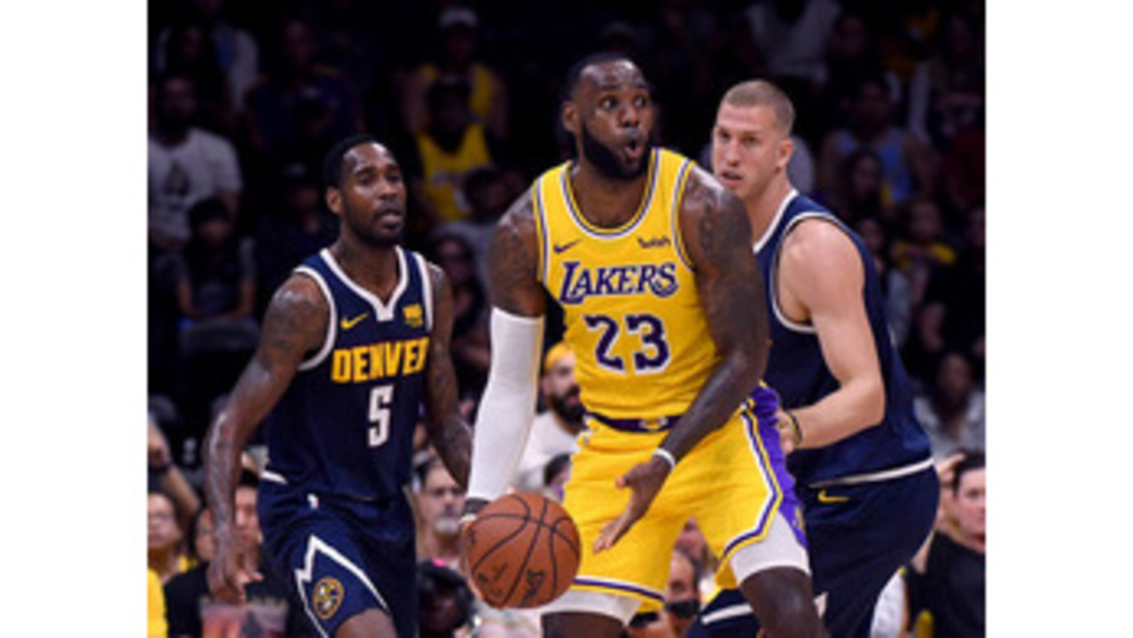 84b564e5631 James captivates crowd in his Los Angeles Lakers debut