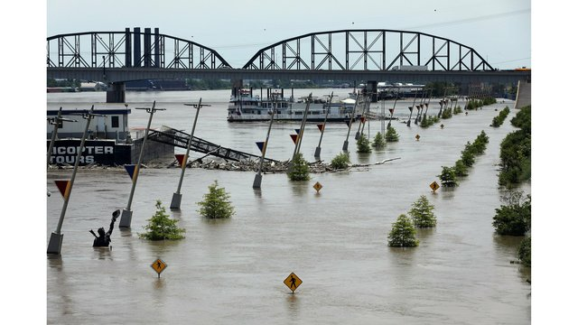 Mississippi River dropping below flood stage along Iowa