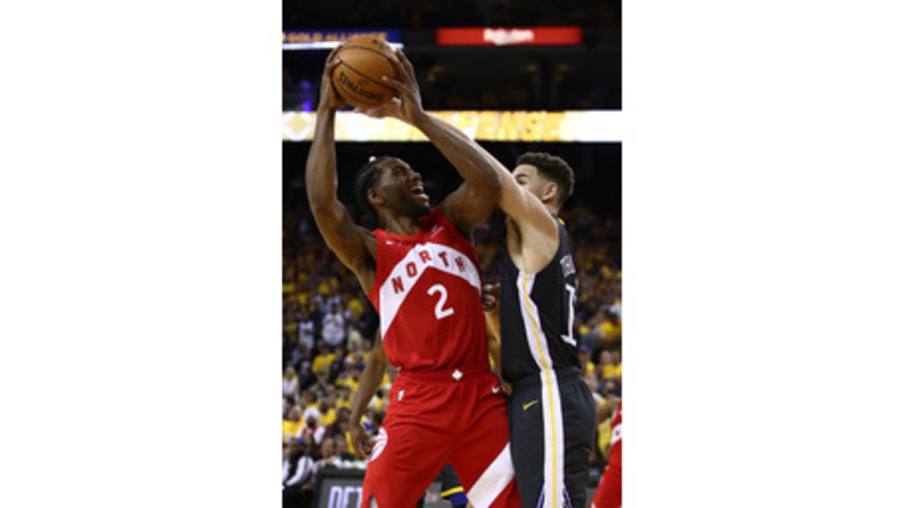 1092c5118d1 Leonard, Raptors move within victory of first championship